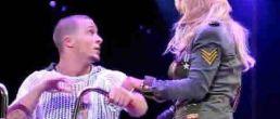 Video de Britney mostrando el hilo del tampax en pleno escenario! Ooopps!