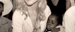 Foto de Madonna con la pequeña Mercy en brazos