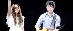 Nick Jonas y Miley Cyrus juntos en el escenario!