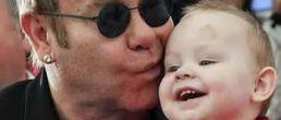 Elton John quiere adoptar bebé de Ucrania y no se lo permiten