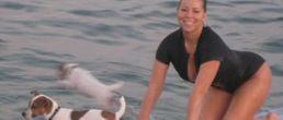 Mariah Carey surfeando con sus perritos
