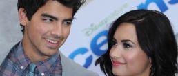 Joe Jonas terminó con Demi Lovato ¿Por teléfono?