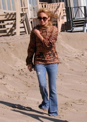 Nicole Richie pasea por la playa
