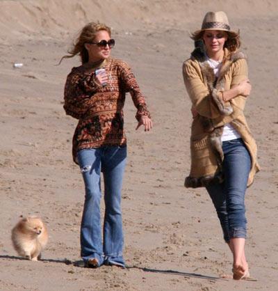 Nicole Richie y Mischa Barton pasean por la playa