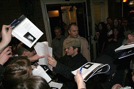 Danie Radcliffe firma autógrafos