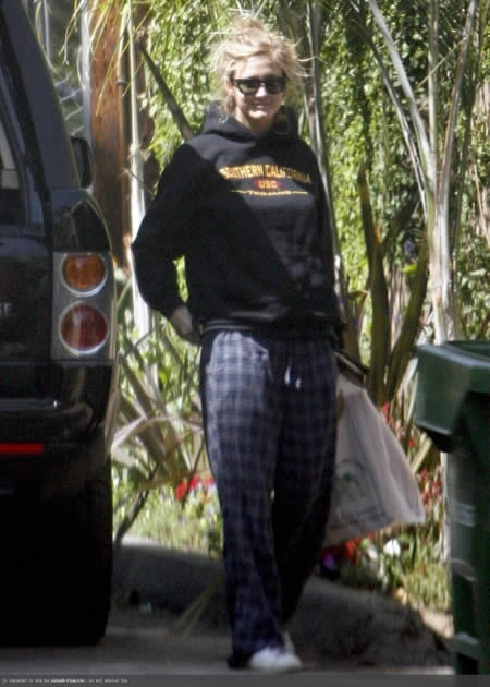 Ashlee Simpson paseando