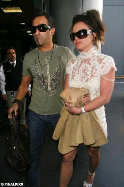Britney salió vestida de novia