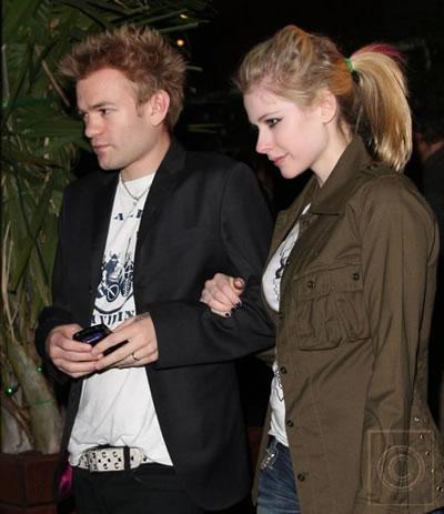 Avril Lavigne comprando ropa de bebe