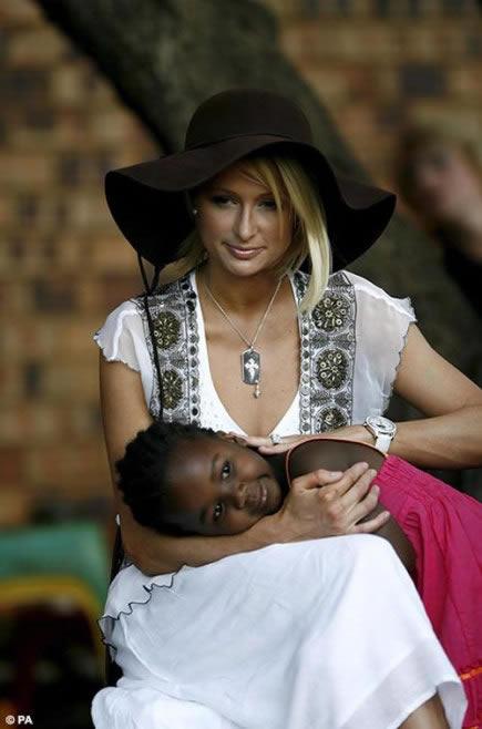 Paris Hilton en África