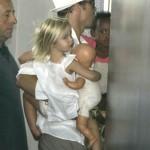 Brad Pitt y Shiloh llegan al hospital
