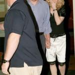 Madonna y su esposo de la mano