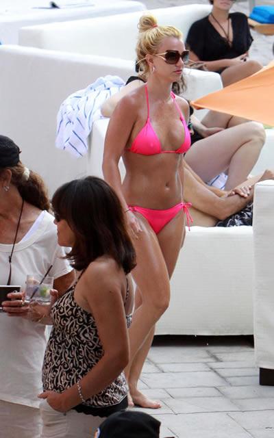 britney_spears_bikini_rosa_5