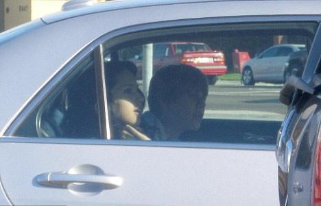 Justin Bieber besando a una chica en un auto 2