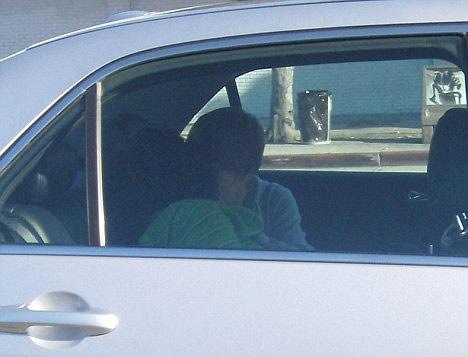 Justin Bieber besando a una chica en un auto